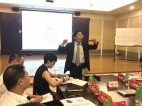 王若文老师2017年8月2日受邀为某家居建材行业60多位总监级别高管讲授了一场激动人心的《高绩效团队建设与激励》课程!